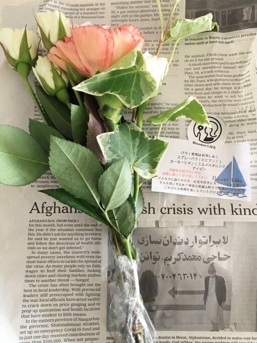 ブルーミーライフのお花は英字新聞に包まれていた