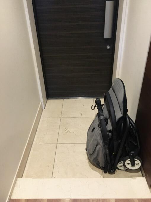 サイベックスイージーS B2をたたんで玄関に置いた